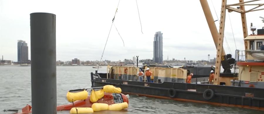 Śmigłowiec, który w poniedziałek wpadł do East River w Nowym Jorku, został wydobyty! W akcji wyciągania wraku wzięli udział płetwonurkowie. Do helikoptera przyczepiono pływaki wypełnione powietrzem, dzięki którym maszyna mogła unosić się na powierzchni. Została odholowana przez specjalistyczną łódź. W katastrofie zginęło pięć osób, przeżył tylko pilot.