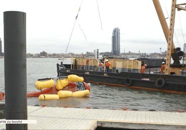 Wyciągnięto wrak śmigłowca, który wpadł do East River