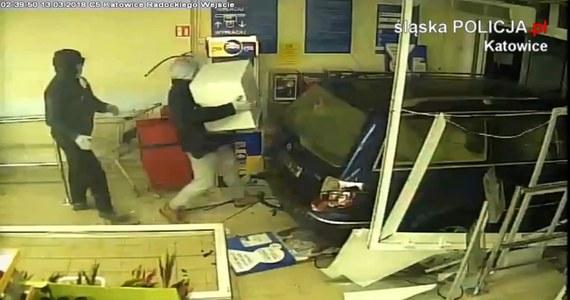 Zuchwała kradzież w Katowicach. Złodzieje aut staranowali drzwi do supermarketu przy ul. Radockiego, wjechali do środka i ukradli kasetę z pieniędzmi z kantoru, który jest w markecie. Trwają poszukiwania bandytów.