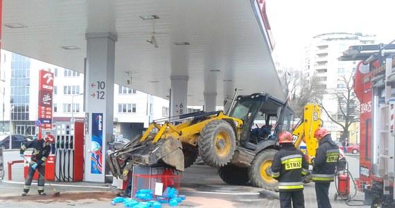 Nietypowy wypadek na stacji benzynowej na warszawskiej Woli. Koparka staranowała tam dystrybutor.