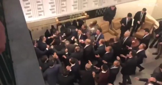 Turecki parlament przegłosował kontrowersyjne zmiany w prawie wyborczym. Krytycy zmian sugerują, że mogą one doprowadzić do fałszerstw i wypaczenia wyniku wyborczego na korzyść rządzącej partii prezydenta Erdogana. Po głosowaniu doszło do szarpaniny pomiędzy parlamentarzystami.