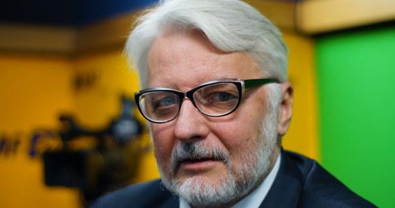 """""""Tak to wyszło podobno z jakiegoś parytetu. Przydałoby się, by sejmowa Komisja Spraw Zagranicznych była w rękach PiS, aby wsparła rząd, ponieważ ta dyplomacja parlamentarna mogłaby uzupełniać pewne działania dyplomacji rządowej"""" - powiedział w Porannej rozmowie w RMF FM Witold Waszczykowski, pytany o komisję spraw zagranicznych, na czele której stoi lider PO Grzegorz Schetyna. Były szef MSZ dodał jednak, że w tej chwili nie ma planów zmiany szefa komisji spraw zagranicznych. """"Ja nie chcę się dokładać do tych dyskusji, ja mam stały kontakt z ministrem (….). Nie mam potrzeby recenzować tego publicznie"""" – tak z kolei Waszczykowski skomentował spór między Polska i Izraelem, do którego doszło za sprawą ustawy o IPN. """"To nie MSZ wytwarzał sytuacje konfliktowe, one zostały wywołane w niewłaściwym czasie, bez koordynacji, przez inne resorty"""" – zaznaczył poseł PiS. Były minister skomentował także kwestię reparacji od Niemiec za straty, jakie Polska poniosła w wyniku II wojny światowej. """"Takie rozważania mają sens, dlatego że przez wiele lat zaniedbaliśmy narrację o II wojnie światowej – o jej przebiegu i skutkach"""" – ocenił. Zapytany o to, czy tęskni za pracą w MSZ, Waszczykowski odpowiedział: """"Mam nadzieję, że ktoś za mną tęskni. Mam jeszcze kontakt z MSZ, nie rozstawałem się z polityką zagraniczną""""."""