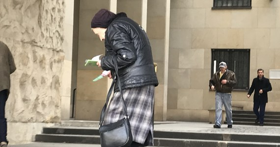 """""""Muszę rozdawać ulotki, żeby spłacić komornika. Zarabiam 8 złotych za godzinę. Stoję przez sześć godzin dziennie"""" - mówi w rozmowie z RMF FM 83-letnia pani Maria z Warszawy. Przyglądamy się historii tej starszej kobiety, którą codziennie - bez względu na pogodę - można spotkać przed Sądem Okręgowym przy alei Solidarności w stolicy."""