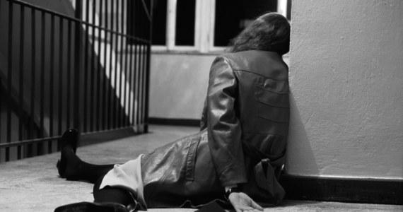 Prokuratura Rejonowa w Lubinie prowadzi śledztwo w sprawie gwałtu zbiorowego, do którego miało dojść w nocy z 10 na 11 marca w Biedrzychowej pod Polkowicami – pisze gazetawroclawska.pl. Zgwałcona została młoda kobieta. Policja zatrzymała w tej sprawie 6 mężczyzn.
