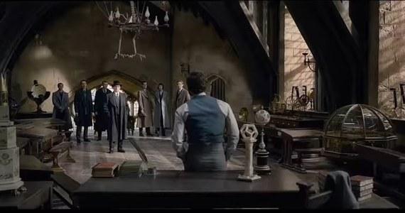 """16 listopada do polskich kin trafi film """"Fantastyczne zwierzęta: Zbrodnie Grindelwalda"""". Newta Scamandera ponownie zagra Eddie Redmayne. Akcja filmu, do którego scenariusz napisała J.K. Rowling, rozpoczyna się w 1927 roku, kilka miesięcy po tym, jak Newt pomógł zdemaskować i schwytać niesławnego czarnoksiężnika Gellerta Grindelwalda."""