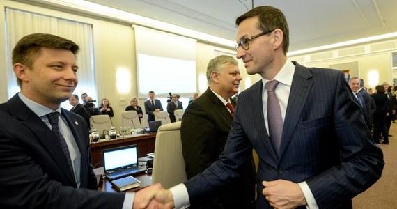 """""""To było moje niedopatrzenie, za które przepraszam"""" - tak szef kancelarii premiera Michał Dworczyk mówi w RMF FM o przyznaniu nagród ministrom z kierownictwa kancelarii szefa rządu. Jak ujawniliśmy w Faktach, w czasie, gdy przez Polskę przetaczała się polityczna burza wokół nagród przyznanych przez premier Beatę Szydło, a premier Mateusz Morawiecki ogłaszał zakaz wypłacania premii, szef jego kancelarii podpisał dokumenty o… wypłaceniu kolejnych nagród."""