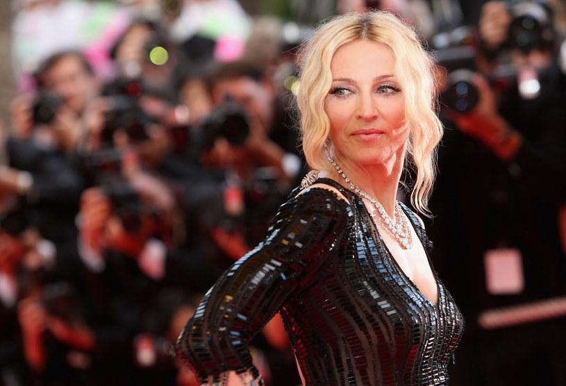 """Jedną z niewielu rzeczy związanych z filmem, w której nie przeszkodziła pandemia COVID-19, jest pisanie scenariuszy. Nad jednym z nich pracuje właśnie Madonna, o czym poinformowała za pośrednictwem swojego konta na Instagramie. Gwiazda nie robi tego w pojedynkę. W pisaniu pomaga jej nagrodzona Oscarem za scenariusz filmu """"Juno"""", Diablo Cody."""