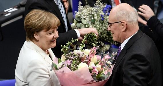 """Bundestag wybrał Angelę Merkel na czwartą kadencję na urząd kanclerza Niemiec, choć wyniki głosowania wskazują, że nie wszyscy posłowie koalicji, na której czele ma stanąć, poparli jej kandydaturę. Pierwsze posiedzenie rządu ma się odbyć po południu. """"Panie przewodniczący, przyjmuję ten wybór"""" - powiedziała Merkel, zwracając się do szefa Bundestagu Wolfganga Schaeublego. Ten życzył jej """"sił, sukcesów i Bożego błogosławieństwa w wypełnianiu wielkiego zadania""""."""