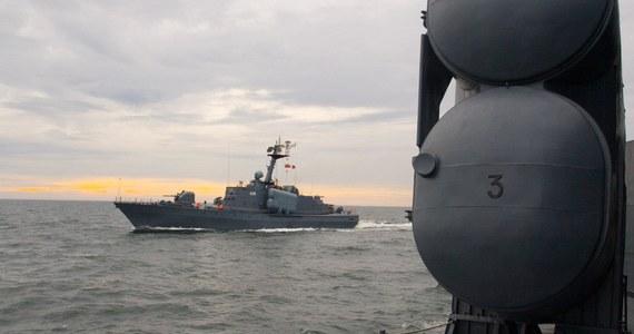 Prawie dwa dni trwała akcja ratowania byłego ORP Metalowiec w Porcie Wojennym w Gdyni. Ten wycofany w 2013 roku ze służby były okręt rakietowy w poniedziałek zaczął nabierać wody. O to, by nie poszedł na dno, walczyli między innymi strażacy z wojskowej straży pożarnej, wojskowi nurkowie i załogi okrętów stacjonujących w Gdyni.
