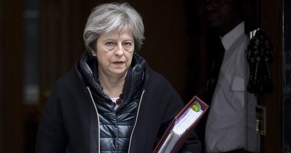 Premier Theresa May zapowiedziała wydalenie z Wielkiej Brytanii 23 rosyjskich dyplomatów uznawanych za niezgłoszonych oficerów rosyjskiego wywiadu w ramach sankcji dyplomatycznych po próbie zabójstwa byłego oficera rosyjskiego wywiadu GRU Siergieja Skripala. Jak dodała szefowa brytyjskiego rządu, wskazane osoby mają tydzień na opuszczenie kraju. May powiedziała też, że strona brytyjska zawiesiła wszystkie spotkania bilateralne z Rosją na wysokim szczeblu, w tym podczas tegorocznych piłkarskich mistrzostw świata w Rosji.