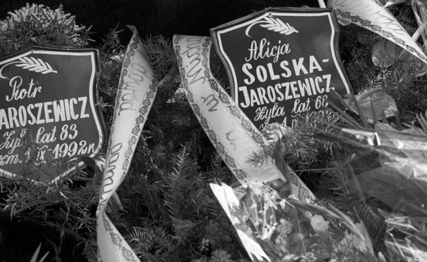 """""""Chciałbym spojrzeć sprawcom w oczy"""" - mówi RMF FM Andrzej Jaroszewicz - syn zamordowanego PRL-owskiego premiera. Dzięki wyznaniom skruszonego gangstera w rękach policjantów jest czterech mężczyzn, których prokuratura podejrzewa o napad i zamordowanie byłego premiera PRL Piotra Jaroszewicza i jego żony Alicji. Do morderstwa doszło 26 lat temu. Zatrzymani to byli członkowie słynącego z brutalności gangu karateków, który działał w latach 80. i 90. XX wieku."""