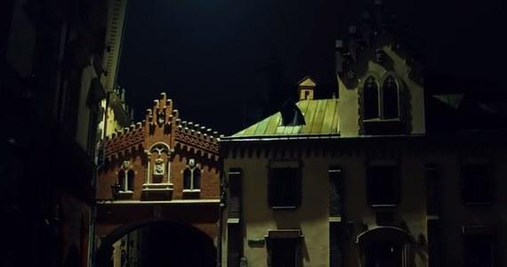 """Magiczny film o magicznym Krakowie. Aby go nakręcić, trzeba było wyłączyć oświetlenie! Niezwykły film na jubileusz 40-lecia wpisania Krakowa na listę UNESCO nakręcił urząd miasta. Nagrania powstawały w nocy. Aby zrealizować ujęcia trzeba było użyć dronów, a także wyłączyć oświetlenie w wielu punktach miasta. """"Ten film pokazuje magię Krakowa"""" - mówi Katarzyna Olesiak z wydziału kultury miejskiego magistratu."""