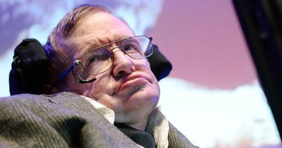 Świat zasmucił się zgodnie na wieść o śmierci Stephena Hawkinga, bez wątpienia najpopularniejszego naukowca naszych czasów, uchodzącego - co oczywiście dyskusyjne - za najtęższy umysł współczesności. Zasmucili się i ci, którzy doceniali jego wkład w nasze pojmowanie czarnych dziur, czy początków Wszechświata jak i ci, którzy kompletnie nie rozumieli czego dotyczyła jego praca, ale cenili siłę woli mądrego człowieka, który nie pozwolił, by ciężka choroba mogła go pokonać. Hawking był postacią wyjątkową, której szeroka sława miała zapewne wiele przyczyn. Z całą pewnością nie był sławny z powodu tego, że był sławny, moim zdaniem raczej dlatego, że był jedyny w swoim rodzaju i miał... wielkie poczucie humoru.
