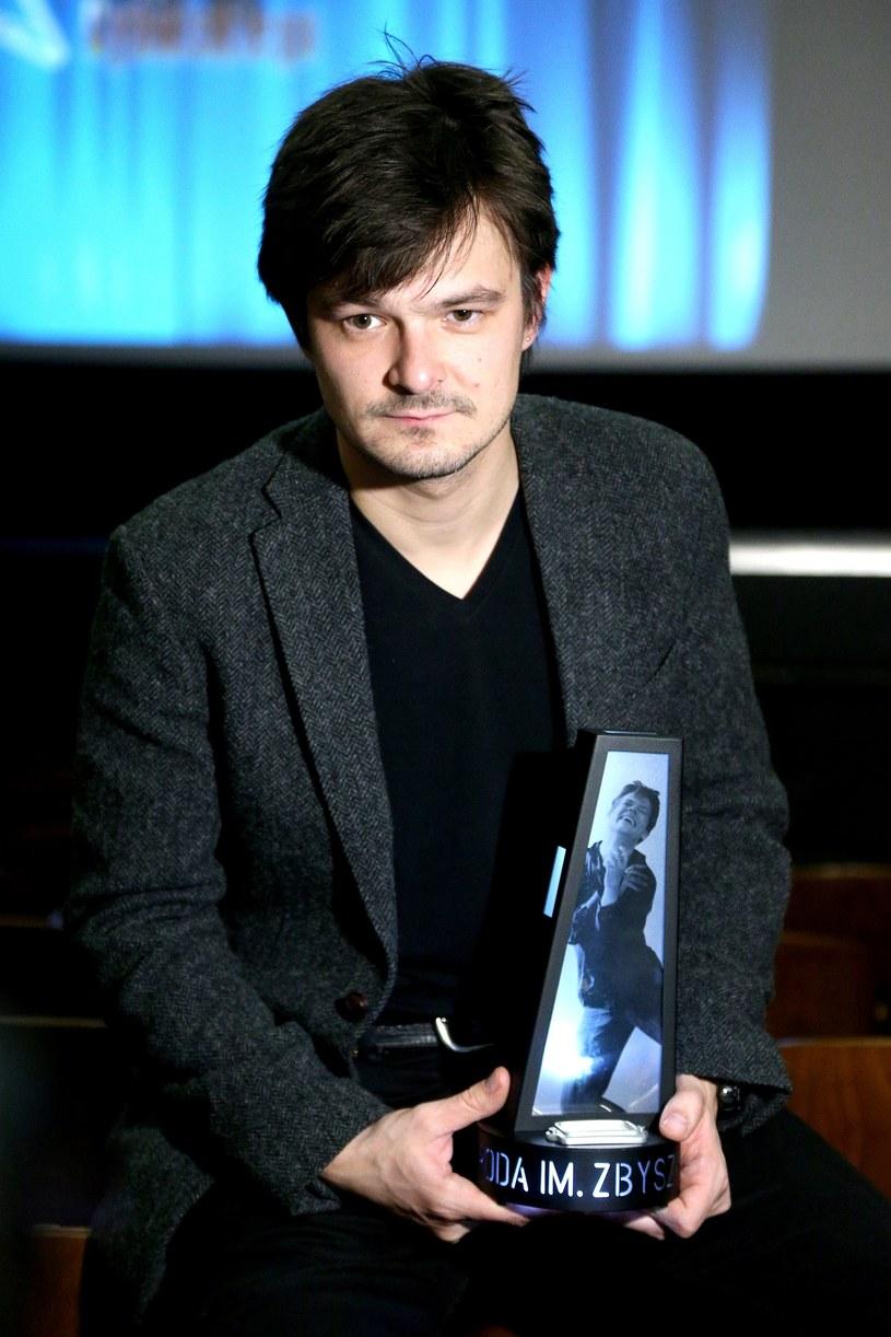 """Dawid Ogrodnik, który w """"Cichej nocy"""" Piotra Domalewskiego wcielił się w powracającego na Wigilię do kraju emigranta Adama, został laureatem Nagrody im. Zbyszka Cybulskiego za rok 2017. Podczas środowej gali specjalne wyróżnienie odebrała także aktorka Julia Kijowska."""