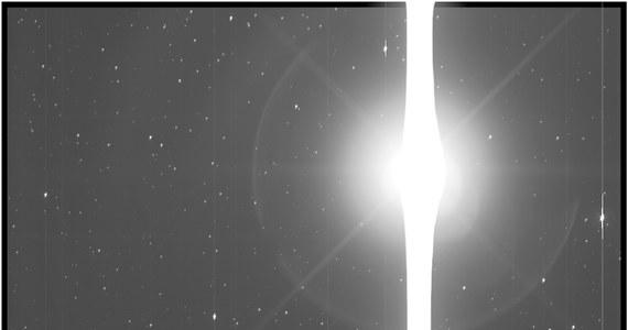 Teleskop Kosmiczny Keplera zbliża się do końca swej misji. NASA informuje, że w ciągu kilku miesięcy sondzie, która poszukuje planet pozasłonecznych, skończy się paliwo i nie będzie w stanie dłużej przekazywać na Ziemię wyników swoich obserwacji. Teleskop, krążący po orbicie wokółsłonecznej od marca 2009 roku i tak wielokrotnie przekroczył planowany czas pracy, z jego pomocą odkryto do tej pory ponad 2500 planet. W tych dniach opublikowano zdjęcie, które Kepler wykonał... Ziemi. To jak bardzo jest prześwietlone pokazuje czułość jego aparatury.