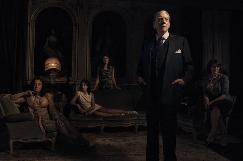"""Ród Gettych - jedna z najbogatszych i zarazem najbardziej nieszczęśliwych rodzin Ameryki. Inspirowany prawdziwymi wydarzeniami serial """"Trust"""" pokazuje złożoność rodziny oraz niszczącą siłę pieniędzy. Serial wyprodukował laureat Oscara, Danny Boyle, który wyreżyserował również trzy odcinki produkcji. Produkcja pojawi się w serwisie HBO GO 26 marca, a na antenie HBO - 30 marca."""