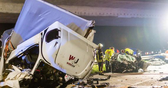 3 lata i 4 miesiące spędzi w więzieniu Polak, który we wrześniu ubiegłego roku spowodował makabryczny wypadek na autostradzie niedaleko Frankfurtu nad Menem. Zginęły 3 osoby, 4 kolejne zostały ciężko ranne. Kierowca miał ponad 3 promile.
