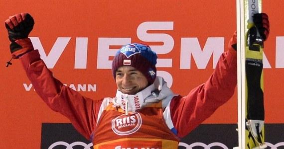 Kamil Stoch wygrał konkurs Pucharu Świata w skokach narciarskich w Trondheim, a w pierwszej serii ustanowił rekord obiektu - 146 m. Polak umocnił się na prowadzeniu w klasyfikacji generalnej oraz w rozgrywanym na czterech norweskich skoczniach cyklu Raw Air.