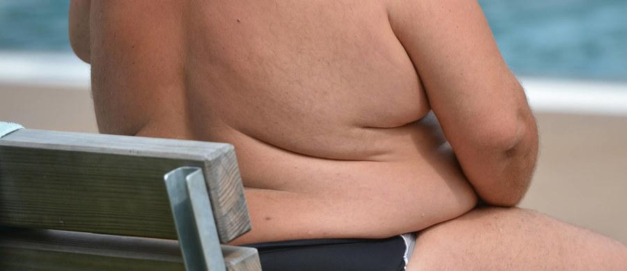 """Popularny """"paradoks otyłości"""", czyli przekonanie, że nadwaga lub otyłość nie muszą wiązać się ze zwiększonym ryzykiem np. chorób serca, nie ma naukowego uzasadnienia - przekonują na łamach czasopisma """"European Heart Journal"""" naukowcy z Uniwersytetu w Glasgow. Wyniki badań prowadzonych wśród 300 tysięcy osób wskazują coś przeciwnego. Ryzyko nadciśnienia, zawałów serca i udarów mózgu - zwiększa się w miarę jak nasz indeks masy ciała (BMI) przekracza wartość 22-23. Ryzyko stale rośnie też, wraz z ilością tłuszczu, odkładającego się w pasie."""