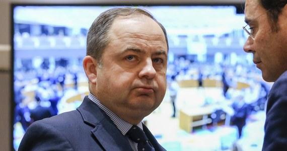 """W UE jest liczna grupa państw, które chcą """"polubownego, niekonfrontacyjnego"""" rozwiązania sporu ws. praworządności w Polsce i nie idą tak daleko w oczekiwaniach, jak KE w swoich rekomendacjach - oświadczył w Brukseli wiceszef MSZ Konrad Szymański. W Stałym Przedstawicielstwie RP przy Unii Europejskiej zaprezentowano ekspertom z państw członkowskich, sekretariatu Rady UE i KE białą księgę o reformach wymiaru sprawiedliwości w Polsce. Szymański mówił dziennikarzom na marginesie tego spotkania, że Polska oczekuje od państw UE, że na podstawie zebranych z różnych źródeł informacji wyrobią sobie własne zdanie w sprawie sporu o praworządność."""
