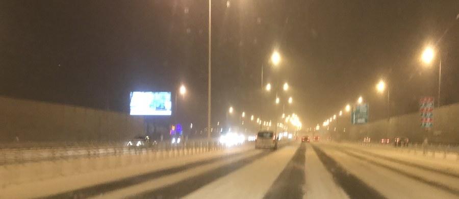To był wyjątkowo trudny dzień na polskich drogach. W wielu regionach sypał śnieg. Na Gorącą Linię RMF FM dostaliśmy bardzo dużo sygnałów o wypadkach, korkach i utrudnieniach.