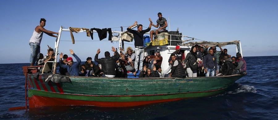 Co najmniej 15 migrantów, w tym pięcioro dzieci, utonęło w sobotę w pobliżu greckiej wyspy Agatonisi u wybrzeży Turcji, gdy na Morzu Egejskim wywróciła się niewielka łódź, którą podróżowali - poinformowała grecka straż przybrzeżna.