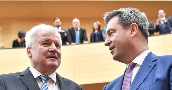 """Minister spraw wewnętrznych Niemiec Horst Seehofer w opublikowanym w niedzielę wywiadzie zarzucił Unii Europejskiej, że przyjmuje """"protekcjonalną"""" postawę w rozmowach z państwami unijnymi z Europy Wschodniej na temat przyjmowania uchodźców."""
