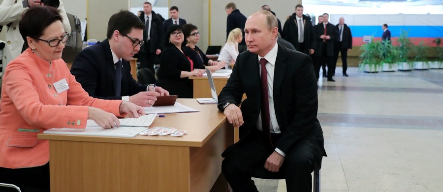 """Frekwencja w niedzielnych wyborach prezydenckich w Rosji wyniosła o godz. 17:08 w Moskwie (godz. 15:08 czasu polskiego) 51,9 proc. - poinformowała Centralna Komisja Wyborcza. Do tej pory głosowanie zakończyło się już w regionach w azjatyckiej części Rosji. Urzędujący prezydent Rosji Władimir Putin oddał już głos w jednym z moskiewskich lokali wyborczych. Zapewnił, że będzie zadowolony z każdego wyniku, który pozwoli mu """"realizować zadania prezydenta"""". Z kolei rosyjskie media donoszą o cyberatakach na stronę Centralnej Komisji Wyborczej Rosji, które """"wychodzą z 15 krajów"""", podczas gdy obserwatorzy wyborów mówią o oszustwach i manipulacjach. Ukraińscy nacjonaliści zablokowali dostęp do rosyjskiej ambasady w Kijowie oraz konsulatów we Lwowie, Charkowie i Odessie, uniemożliwiając głosowanie w znajdujących się tam lokalach wyborczych. Władimir Żyrinowski zapewnia, ze Rosja będzie rządzić planetą z Brukseli. """"Przenosimy się do Brukseli, gdzie będziemy dowodzić całą planetą. To są wybory lidera planety"""" - oświadczył."""