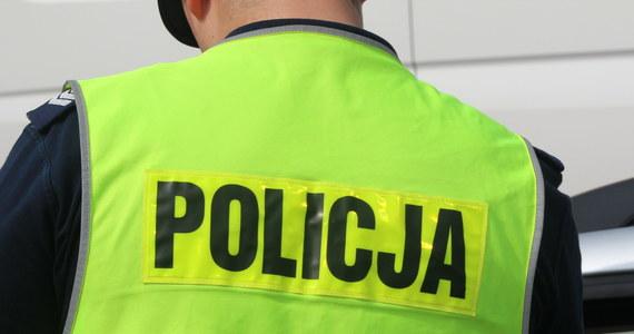 Tragedia w Sosnowcu. Nie żyje młody mężczyzna, który wyskoczył z okna na siódmym piętrze, a jego znajoma z ranami zadanymi nożem trafiła do szpitala. Sprawę wyjaśnia policja.