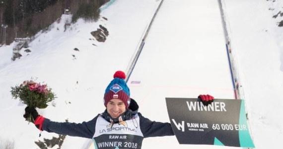 Kamil Stoch, który w niedzielę zapewnił sobie triumf w Pucharze Świata w skokach, otwiera też listę płac Międzynarodowej Federacji Narciarskiej (FIS). W tym sezonie z tytułu oficjalnych premii zarobił 158 800 franków szwajcarskich, czyli ponad 570 tys. złotych. Drugi na liście najlepiej zarabiających skoczków jest Norweg Daniel Andre Tande - 134 500, a trzeci Niemiec Richard Freitag - 122 000 CHF.