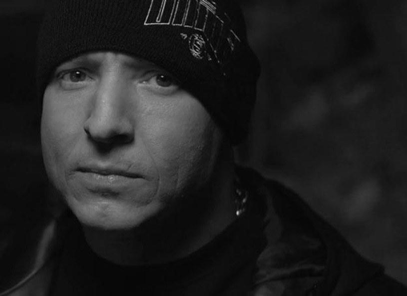 Tomasz Chada, jeden z najpopularniejszych raperów w Polsce, zmarł w szpitalu psychiatrycznym w wieku 39 lat. Tragiczne informacje potwierdziła jego wytwórnia, Step Records. Prokuratura wszczęła śledztwo w sprawie śmierci artysty.