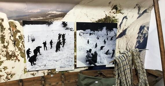 Mimo ostrzeżenia, ruszyli na szlak prosto w śnieżną pułapkę. 50 lat temu lawina w Karkonoszach porwała 24 osoby. 19 z nich zginęło pod zwałami śniegu. To byli młodzi ludzie w wieku 24-27 lat. Akcja ratownicza prowadzona była na niespotykaną skalę. Zaangażowani w nią byli ratownicy GOPR, wojsko, milicja obywatelska, studenci, mieszkańcy Karpacza, Szklarskiej Poręby i turyści. Zobaczcie, jak dziś uczestnicy akcji ratowniczej sprzed 50 lat wspominają te zatrważające godziny….