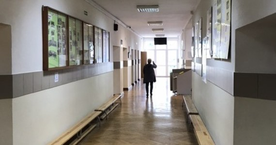 Prokuratura Rejonowa w Kępnie nadzoruje postępowanie policji w sprawie pobicia 16-letniej uczennicy Zespołu Szkół Ponadgimnazjalnych nr 2 przez 17-letnie uczennice. W poniedziałek Rada Pedagogiczna szkoły zapewniła, że wobec uczestników zajścia będą wyciągnięte konsekwencje.