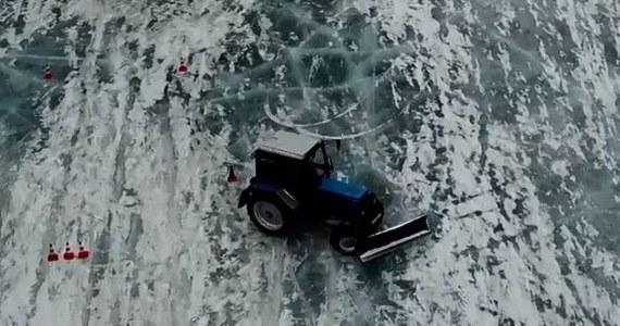 Rosyjski mechanik i traktorzysta, Aleksandr Maljar, słynie z nietuzinkowych umiejętności. Potrafi driftować pięciotonowym traktorem, co zaprezentował na zamarzniętym jeziorze w Jekaterynburgu.