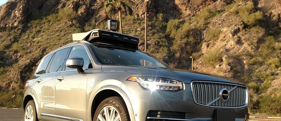Podczas jazdy testowej w Arizonie samochód autonomiczny Ubera potrącił przechodzącą przez jezdnię pieszą; kobieta zmarła w szpitalu - poinformowała w poniedziałek polica. Media podkreślają, że to pierwszy śmiertelny wypadek z udziałem pojazdu kierowanego przez komputer.