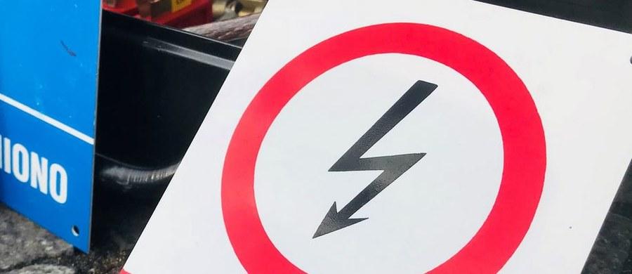 Jeszcze kilka godzin może potrwać usuwanie awarii zasilania w okolicy Pruszcza Gdańskiego w woj. pomorskim. Kilka miejscowości od poniedziałku jest bez prądu, po tym jak wojskowy śmigłowiec zahaczył o linię energetyczną.