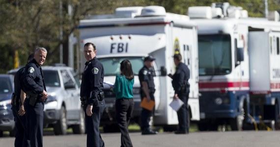 Panika w Austin w Teksasie w Stanach Zjednoczonych. Służby są w pełnej mobilizacji w związku z czwartą już eksplozją w tym mieście. Nikt nie ma już wątpliwości, że za podkładanie bomb odpowiada jedna osoba. Na ulicach Austin są agenci FBI i policjanci, wyznaczono nagrodę za schwytanie sprawcy - informuje korespondent RMF FM w USA Paweł Żuchowski. Do kolejnej eksplozji doszło w San Antonio, a zdarzenie to - zdaniem władz - może mieć związek z podłożeniem bomb w Austin.
