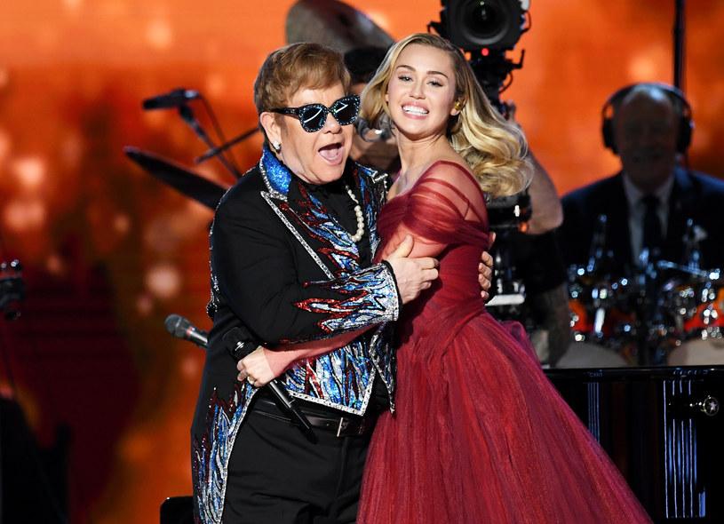 """Kilkunastu wykonawców - gwiazd popu, hip hopu i rocka - zmierzyło się z twórczością Eltona Johna i nagrało jego piosenki na płytę """"Revamp"""" (premiera 6 kwietnia)."""