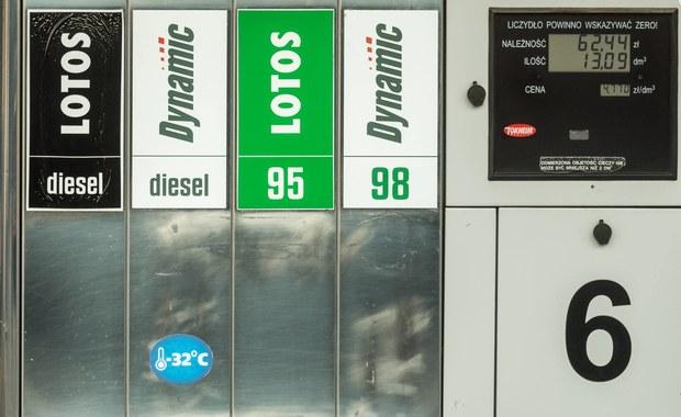 Nowy podatek paliwowy coraz bliżej. Rząd przyjął dziś projekt ustawy o biokomponentach i biopaliwach ciekłych. Jest w nim zapis o wprowadzeniu tak zwanej opłaty emisyjnej. Ma wynieść 8 groszy plus VAT za litr paliwa. Czyli razem 10 groszy.