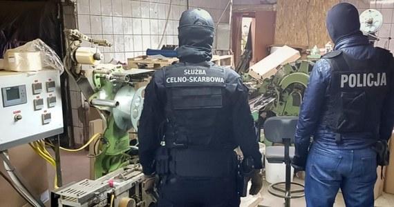 Milion papierosów na dobę mogła wyprodukować nielegalna fabryka zlikwidowana w okolicach Wołomina przez stołecznych policjantów. Zatrzymano jedną osobę.