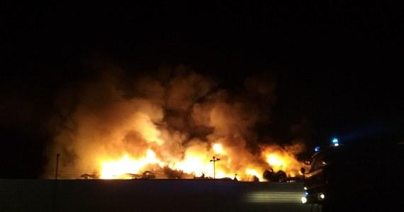 Do groźnego pożaru doszło we wtorek w zakładzie rozbiórki samochodów w Szaradowie w woj. kujawsko-pomorskim. W akcji uczestniczyło kilkanaście jednostek straży pożarnej. Sygnał o pożarze dostaliśmy od Słuchacza na Gorącą Linię RMF FM.