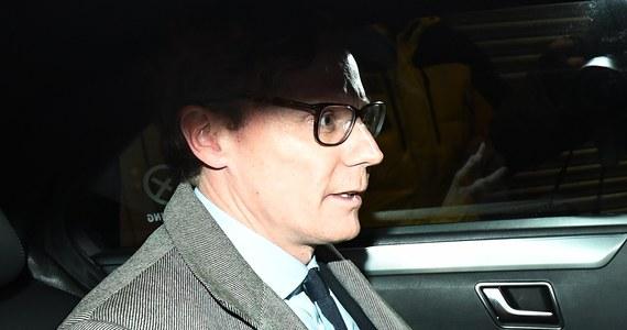 Kontrowersyjna brytyjska firma doradcza Cambridge Analytica poinformowała o zawieszeniu w obowiązkach swego prezesa Alexandra Nixa - jednej z centralnych postaci głośnego dziennikarskiego śledztwa ws. działalności tej firmy przeprowadzonego przez telewizję Channel 4. Z upublicznionych przez stację nagrań, zarejestrowanych ukrytą kamerą, wynika, że Cambridge Analytica proponowała potencjalnym klientom usługi polegające na szantażowaniu politycznych rywali i rozpowszechnianiu fałszywych wiadomości, by zniszczyć ich reputację. Firma miała pracować m.in. na rzecz kampanii prezydenckiej Donalda Trumpa w 2016 roku.