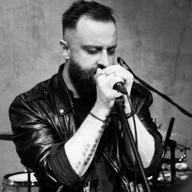"""Raptem rok trwała współpraca rockowej grupy Chemia z Mariuszem Dybą, laureatem ostatniej edycji """"Idola""""."""