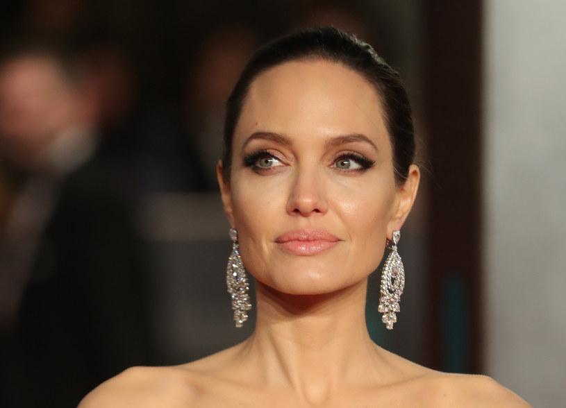 Uosobienie kobiecego piękna i seksapilu, uważana przez wielu za jedną z najatrakcyjniejszych gwiazd kina. Angelina Jolie wbrew hollywoodzkim trendom zamiast ubolewać nad przemijaniem, ze starzenia się czerpie... radość.