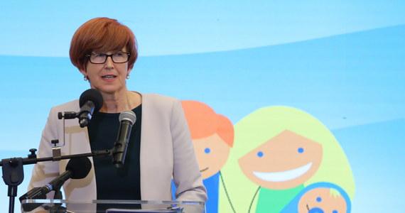 """Z programu """"Rodzina 500 plus"""" korzysta 2 mln 400 tys. rodzin, ponad 3 mln 600 tys. dzieci - poinformowała minister rodziny, pracy i polityki społecznej Elżbieta Rafalska. Największy udział wśród rodzin objętych wsparciem mają te z dwójką dzieci."""