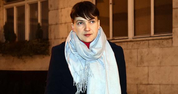 Rada Najwyższa (parlament) Ukrainy pozbawiła w czwartek immunitetu poselskiego i zgodziła się na aresztowanie deputowanej Nadii Sawczenko, którą prokurator generalny Jurij Łucenko oskarżył o planowanie ataku terrorystycznego w gmachu tej instytucji. Kilkanaście minut po głosowaniach parlamentarnych w tych sprawach przedstawiono Sawczenko zarzuty po czym deputowana, wraz ze śledczym i w świetle kamer telewizyjnych, udała się z gmachu Rady Najwyższej pieszo na przesłuchanie do Służby Bezpieczeństwa Ukrainy.
