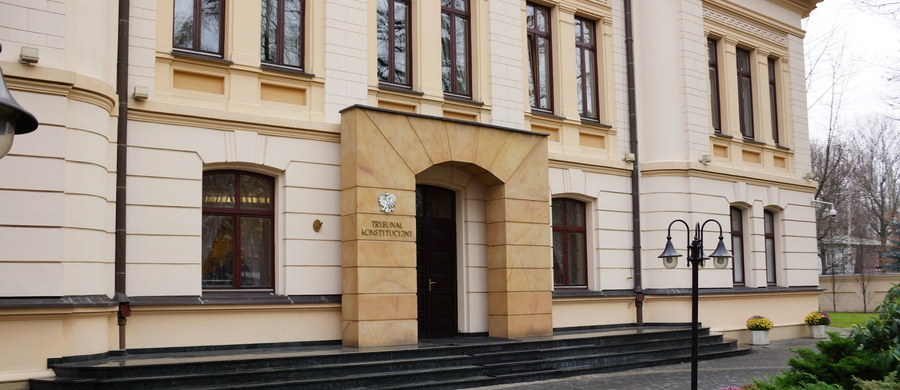 Opublikowanie trzech wyroków Trybunału Konstytucyjnego jest prawnie obojętnie - przyznają posłowie PiS, którzy wczoraj złożyli w Sejmie projekt ustawy w tej sprawie. Chcemy to jednak zrobić, by poprawić sytuację Polski w sporze z Komisją Europejską - dodają.