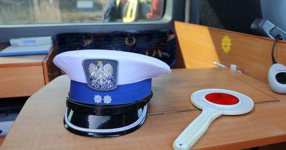 30-latek zmarł po czwartkowej, wieczornej interwencji policji w Przecławiu koło Szczecina. Mężczyzna miał być agresywny. Miał zaatakować funkcjonariuszy, którzy użyli paralizatora. Rozpoczęły się już postępowania wyjaśniające w tej sprawie. Wszczęły je zarówno policja jak i MSWiA.