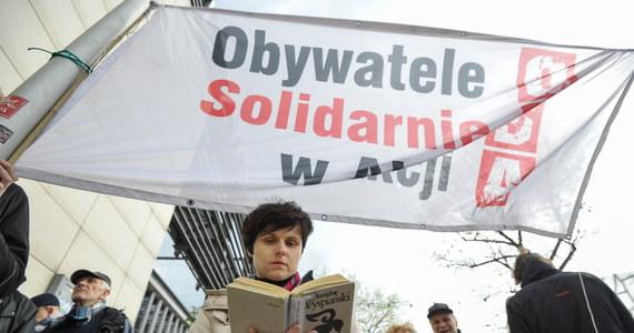Nocny atak na miasteczko namiotowe przed Sejmem. Dwóch agresywnych mężczyzn wdarło się do jednego z namiotów, rozbitych przez demonstrantów z organizacji Obywatele Solidarnie w Akcji. Zrywali transparenty, próbowali bić aktywistów, wobec jednego użyli gazu pieprzowego. Sprawcy zostali zatrzymani. Po przesłuchaniu zostali zwolnieni.