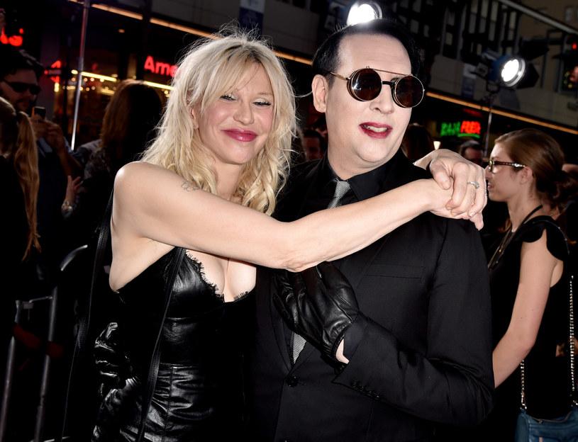 """Marilyn Manson zaprezentował najnowszy teledysk do singla """"Tattooed In Reverse"""". Klip poprzedza plansza informująca o wulgarnych treściach, niecenzuralnym języku, obrazach seksu i przemocy."""